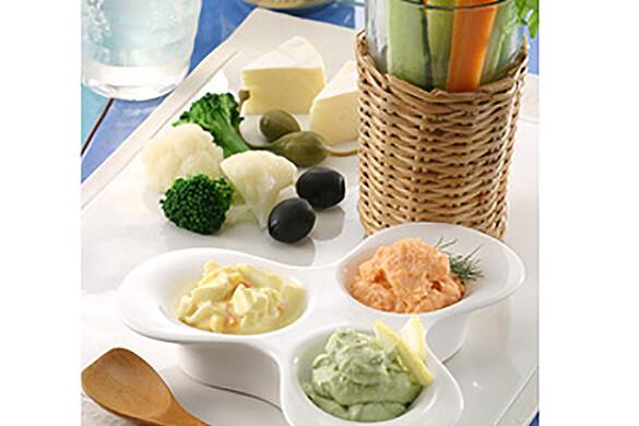 スティック野菜と3種のディップ添え