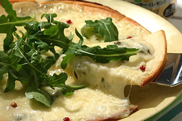 クワトロチーズのピザ ルッコラ添え