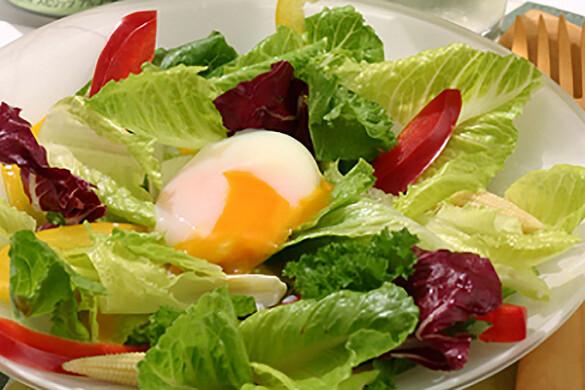 温泉卵のせグリーンサラダ