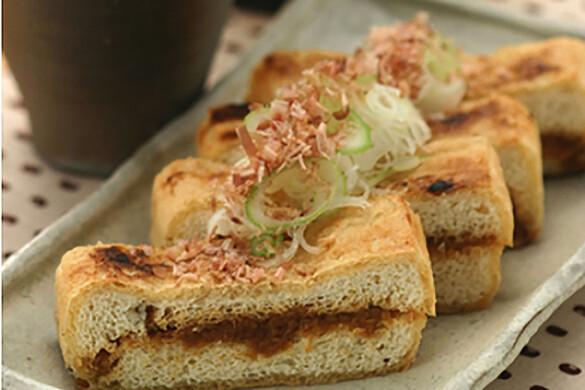 麦味噌はさみ栃尾揚げの炙り焼き