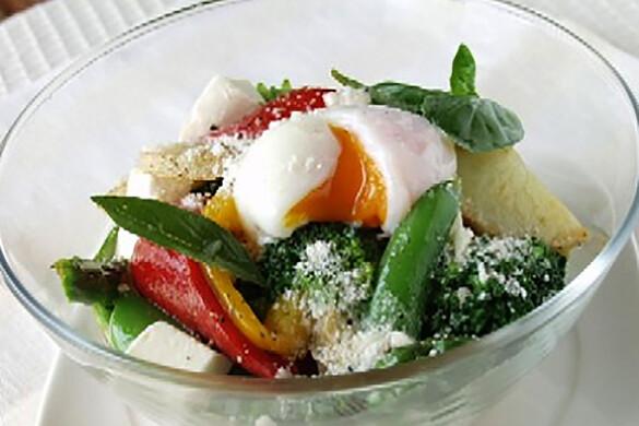 温野菜の温玉チーズサラダ