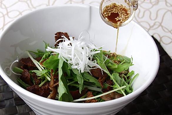 カリカリ豚バラ肉と水菜のさっぱりサラダ