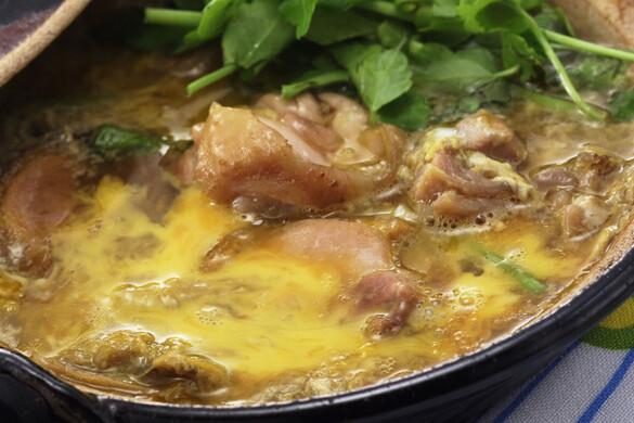 地鶏とセリの卵とじ
