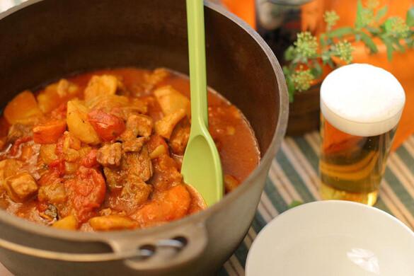 ダッチオーブンでつくる豚バラ肉と野菜のトマト煮込み