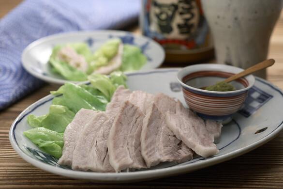 ゆでた塩漬け豚三枚肉のキャベツ包み