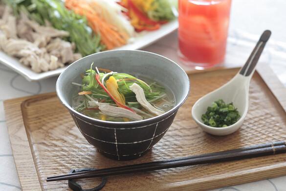 鶏スープのエスニック麺