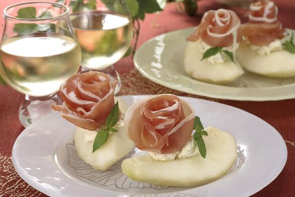洋ナシとクリームチーズの前菜(バラの生ハムを添えて)