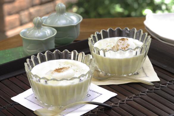 ココナッツ白玉入り 冷たいサツマイモ汁粉