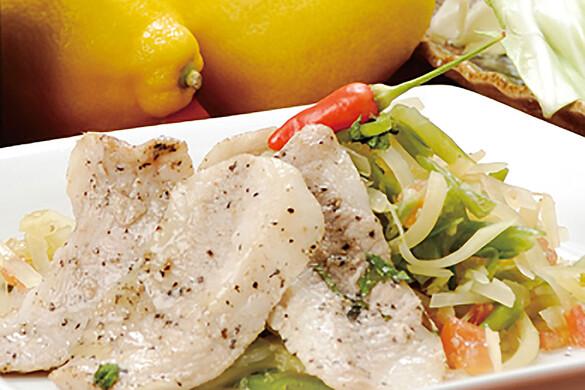 青パパイヤとアグー(沖縄県産黒豚肉)のピリ辛ぶったたきサラダ