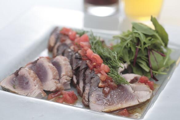 トマトしょうゆ仕立てのカツオのたたき ハーブサラダ添え