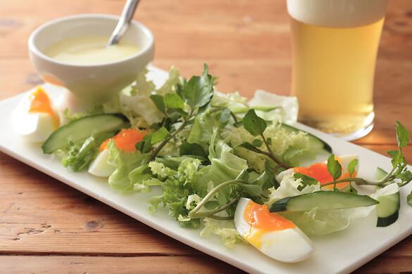 ゆで卵とグリーンサラダのビールドレッシング