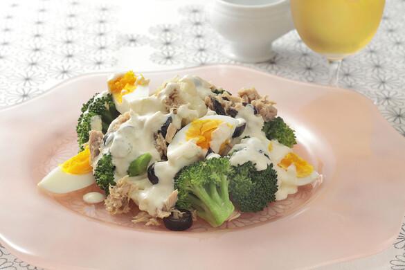 ブロッコリーとカリフラワーと卵とオリーブとツナのサラダ
