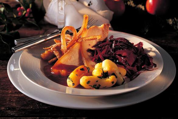 クリスピーローストポーク〜赤キャベツ、2種類のポテト、グレイビーソース添え〜