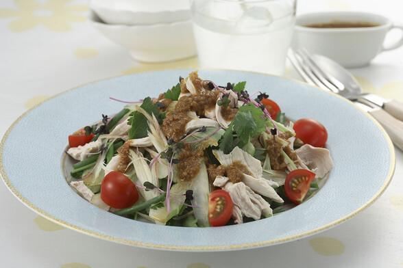 鶏ささ身と香味野菜のゴマサラダ