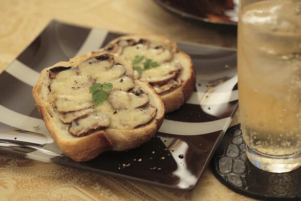 ブラウンマッシュルームとグリュイエールチーズのホットトースト