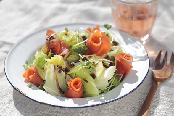 春キャベツとスモークサーモンのアンチョビソースサラダ